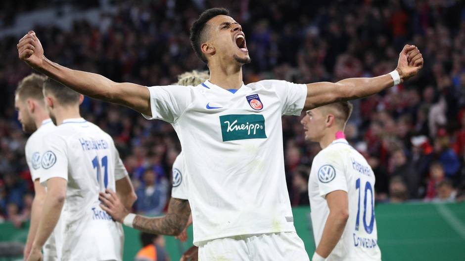 FC Bayern - FC Heidenheim 5:4 - Robert Glatzel jubelt im Pokal-Spiel