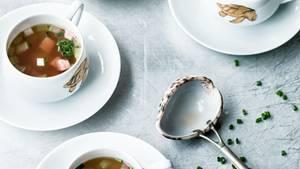 Serviert sieht sie ganz appetitlich aus, die konzentrierte Brühe aus Kalbskopf und Madeira