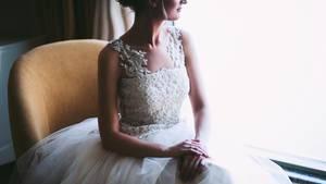 Frau im weißen Hochzeitskleid