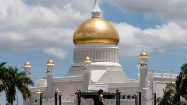 Brunei, Bandar Seri Begawan: Ein Kind geht an der Sultan-Omar-Ali-Saifuddin-Moschee vorüber.