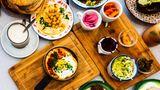 Die Israelische Küche verbindet viele Einflüsse aus dem Nahen Osten und Europa –wer nach Tel Aviv kommt sollte unbedingt Hummus (o.l.) und Shakshuka (u.l.) probieren.