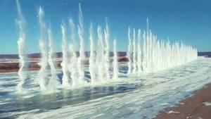 In China wird die Eisoberfläche eines Flusses gesprengt
