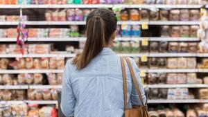 Frau vor Supermarktregal
