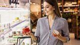 Gehen Sie niemals hungrig einkaufen  Das ist bestimmt jedem schon einmal passiert: Wer mit leeren Magen in den Supermarkt geht, kauft meist mehr ein, als er eigentlich geplant hat. Denn der Appetit kennt keine Grenzen beim Geld ausgeben. Stellen Sie also sicher, dass Sie vor dem Einkaufen etwas gegessen haben.