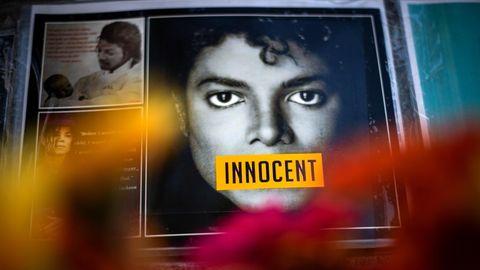 """Ein Plakat von Michael Jackson. Auf seinem Mund steht """"Innocent"""", unschuldig"""
