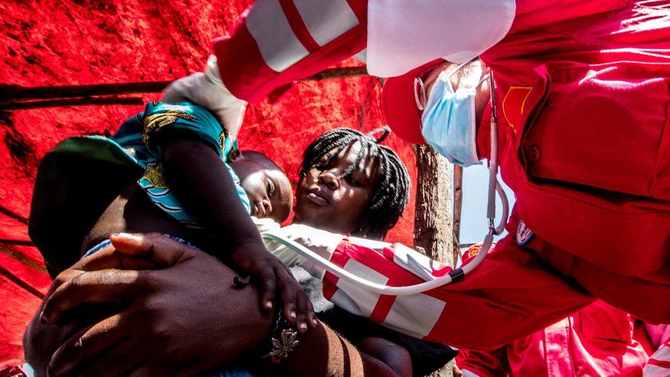Während Zyklon in Mosambik: Frau bringt Kind zur Welt