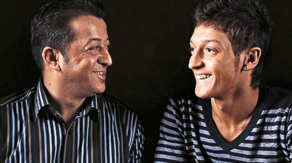 Mesut Özil mit Vater Mustafa, 2009