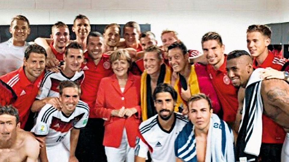 2014 feierte Özil den WM-Titel mit Deutschland-Fahne und in Anwesenheit der Kanzlerin