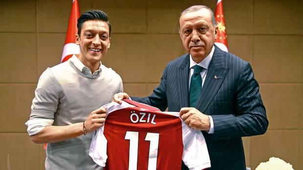 """Im Mai 2018 besuchte Özil Erdogan schon einmal – mit einem Trikot, auf dessen Vorderseite stand: """"Für meinen Präsidenten"""""""