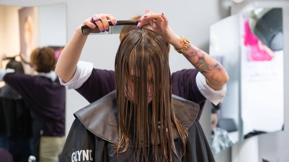 Eine Frau beim Friseur