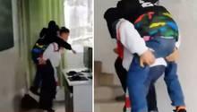 Der Sechstklässler Xu trägt seinen körperbehinderten, besten FreundZhang täglich in die Schule.