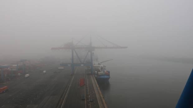 Die Containerbrücken sind durch Nebel schwer zu erkennen