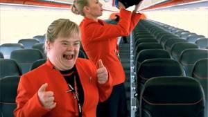 Georgia Knoll aus Australien hat das Down-Syndrom und darf für einen Tag Flugbegleiterin sein.