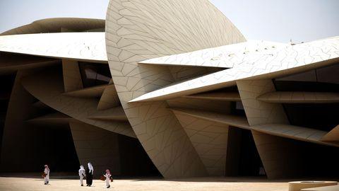 Die Lamellen aus sandfarbigemStahlbetondes 250 Meter langen Gebäudes wachsen in alle Himmelsrichtungen