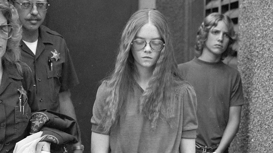 1. Oktober 1979: Brenda Spencer verlässt das Gericht in Santa Ana, Kalifornien, nachdem sie sich schuldig bekannt hat