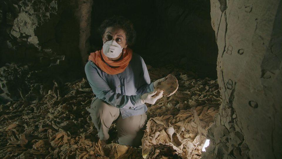 Professor Salima Ikram hält den Beckenknochen eines Kriegers.