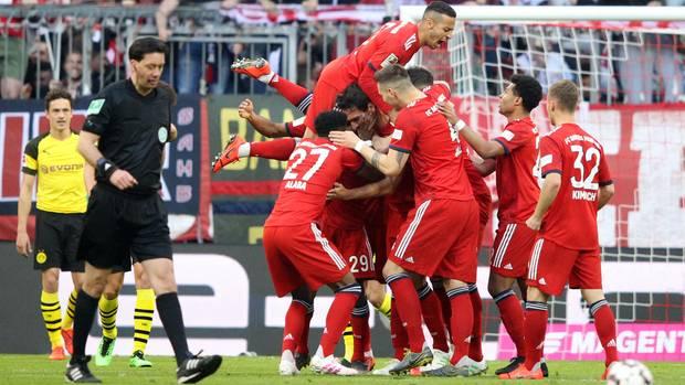 Machtdemonstration: Die Bayern jubeln über das erste Tor gegen Dortmund, das der wild entschlossene Mats Hummels per Kopf erzielte.