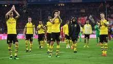 Die BVB-Verlierer bedanken sich artig bei den mitgreisten und geschockten Fans in Allianz Arena