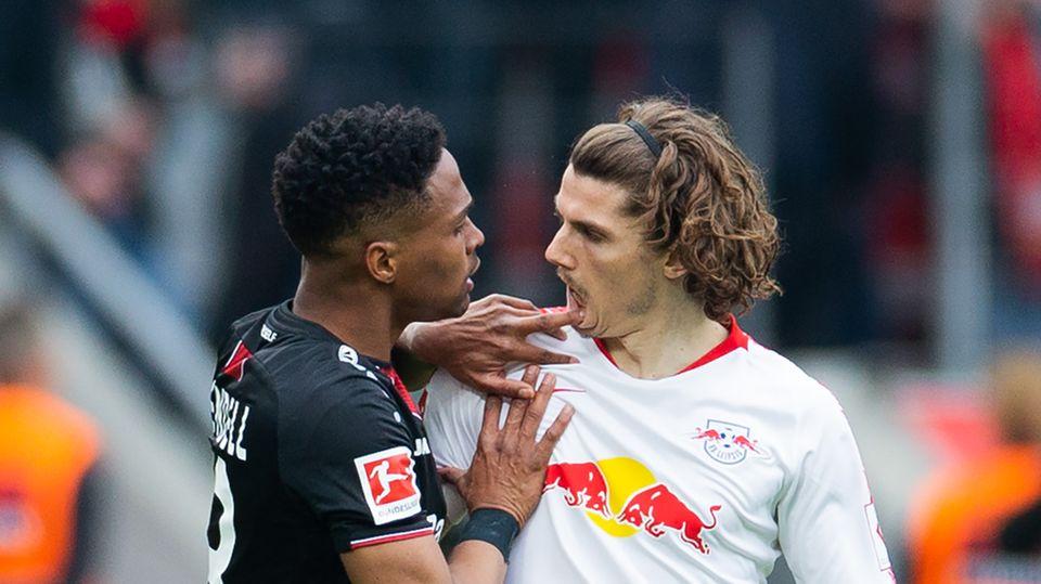 Leverkusens Wendell fasst Leipzigs Marcel Sabitzer in den Mund.
