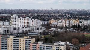 Blick über die Hochhäuser der Gropiusstadt im Süden von Berlin