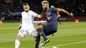 Eric Maxim Choupo-Moting (r.) von Paris Saint-Germain mit Anthony Goncalves von Racing Straßburg