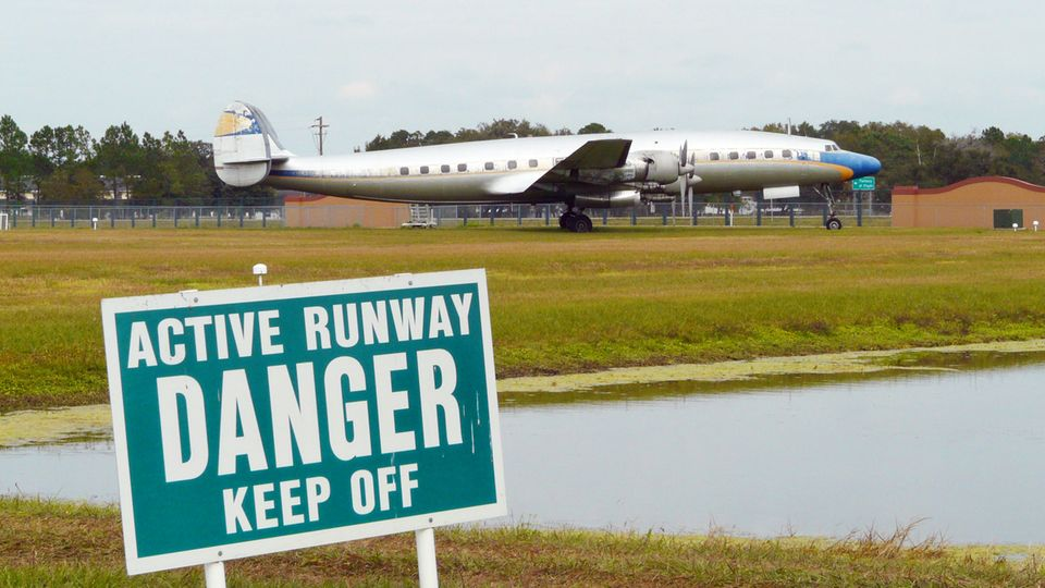 Noch vor der Renovierung: eines der drei Exemplare derLockheed L-1649A Starliner aus den 50er Jahrenauf einem Flugplatz in Florida