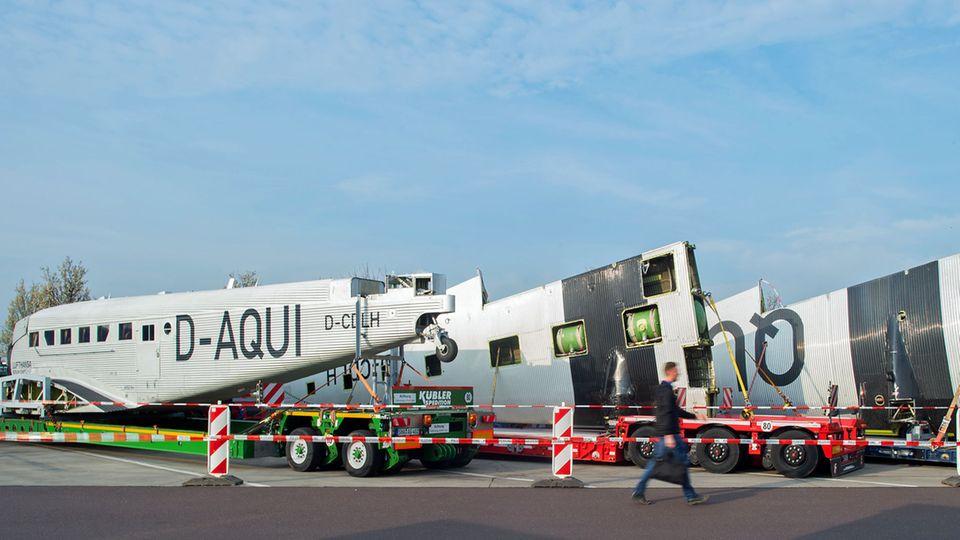 Während des dreitägigen Transportes der Ju 52 von München nach Hamburg parken die Sattelschlepper auf einem Autobahnrastplatz