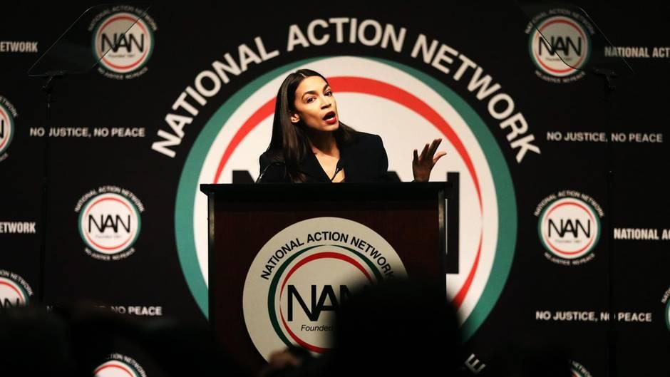 """Alexandria Ocasio-Cortez spricht bei einer Veranstaltung des """"National Action Network"""", eine Bürgerrechtsorganisation."""