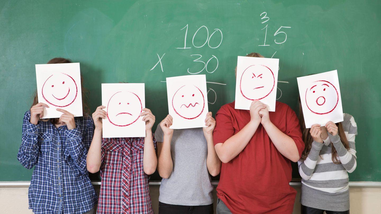 Schule stehen mit Smileys vor der Tafel