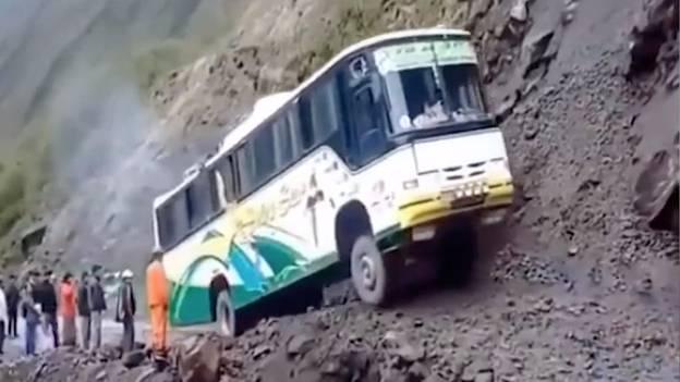 Zittern in Peru: Busfahrt mit Gänsehautgarantie: Fahrer fährt haarscharf an Abgrund vorbei