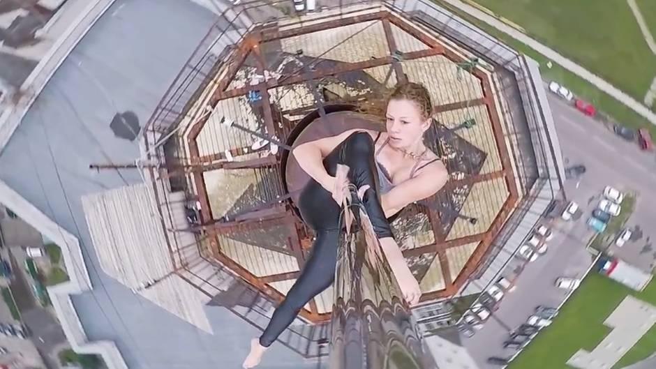 Waghalsige Luftnummer: Russische Pole-Tänzerin zeigt ihr Können – auf der Spitze eines Hochhauses und völlig ohne Sicherung