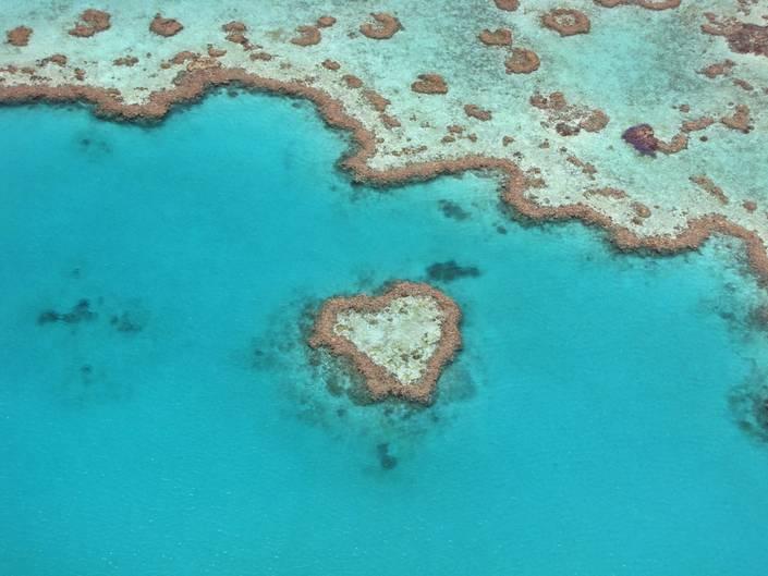 """""""Das Bild ist zwar schon ein paar Jahre alt und bereits in meiner Australien-Serie von 2009 bei VIEW vorhanden, repräsentiert aber für mich persönlich nach wie vor meinen absoluten Glücksmoment. Zum Einen steht es für die Erfüllung eines lang gehegten Traumes, nämlich einmal nach Australien zu reisen und das Great Barrier Reef aus der Luft betrachten zu können. Zum Anderen waren die Wetterbedingungen zu Beginn des Flugs absolut miserabel und nur für kurze Zeit rissdie dichte Wolkendecke auf. Glücklicherweise genau in dem Moment, als wir das Heart Reef überflogen. Der Anblick war für mich so überwältigend schön, dassich heute noch das selbe Glücksgefühl wie damals verspüre, wenn ich mein Foto betrachte. Mein absoluter Lieblingsort!""""  Mehr Fotos vonKaBe68in derVIEW Fotocommunity    Aktionen und Informationen aus der VIEW Fotocommunity aufFacebookoderTwitter"""