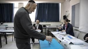 Ein Israeli gibt seine Stimme für die Knesset-Wahl in Tel Aviv ab