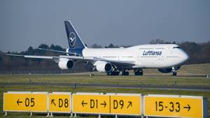 Eine Boeing 747-8 der Lufthansa nach der Landung