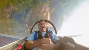 """Segelfliegen - näher kann man dem Vogelflug nicht kommen. Die Hightech-Segler können Hunderte von Kilometern ohne Motor zurücklegen - wenn nur das Wetter mitspielt und der Pilot die Wolken """"lesen"""" kann. Gute Segelflieger sind gleichermaßenPiloten, Wetterexperten und Spurenleser."""