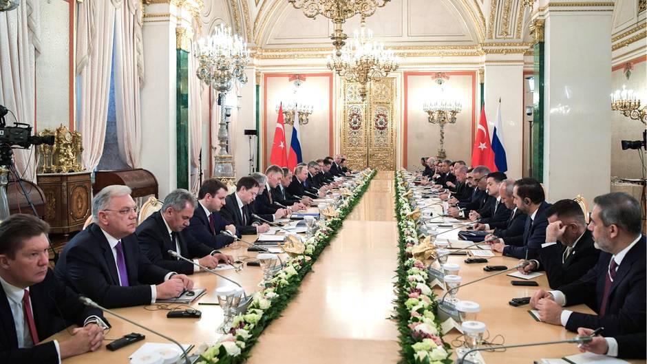 Moskau: Beim Treffen von Putin und Erdogan vertrieb sich Sergej Schoigu (Dritter v.l.) die Zeit damit, Bildchen zu zeichnen