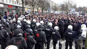 Großeinsatz im März beim Spiel Hambuerger SV gegen FC St. Pauli: Hunderte Polizisten und HSV-Fans stehen sich gegenüber.