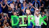 """Die Zuschauer in Dallas lassenkeine Zweifel darüber aufkommen, an wem ihr Herz hängt. Mit seinen 30 Punkten gegen die Suns ist""""Dirkules"""" der älteste Spieler der NBA-Geschichte, der die30-Punkte-Marke in der regulären Saison mit 40 oder älter knackte.Zuvor war dies nur viermal Michael Jordan für die Washington Wizardsgelungen."""