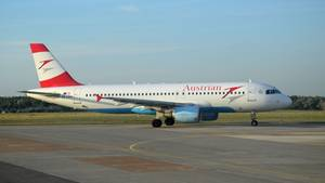 Ein Airbus A320 von Austrian Airlines rollt zum Start