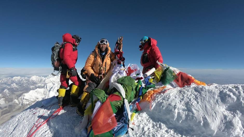 Am Ziel: Bergsteiger auf dem Gipfel des 8848 Meter hohen Mount Everest