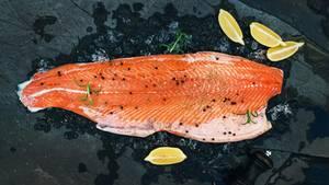 Lachsfilet: Lachs enthält viele Omega-3-fettsäuren