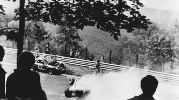 Die Formel1 istimmer spektakulär, auch wegen ihrer Unfälle. Einer der berühmtesten istder von Niki Lauda auf dem Nürburgring 1976.Nach einem Zusammenstoß fängt seinFerrari Feuer.