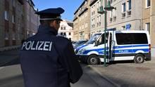 Ein Polizeifahrzeug steht in der Cottbusser Mühlenstraße, wo ein stadtbekannter Neonazi einen Klamottenladen betreibt.