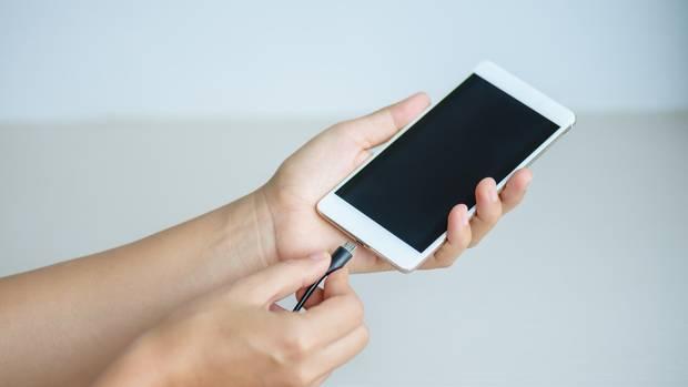 Smartphone wird geladen