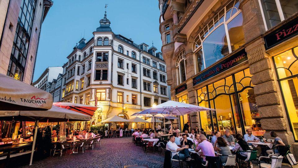 Viele Lokale und Tische auf der Straße:Das Barfussgässchen in Leipzigs Zentrum