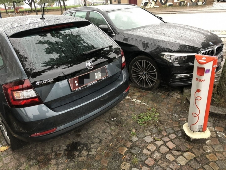 Grund zur Klage bei Elektromobilisten: zugeparkte Ladesäulen