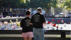 National 9/11 Memorial  Genau an jener Stelle, wo bis zum Terroranschlag am 11. September 2001 die Zwillingstürme des World Trade Center in den Himmel ragten, befinden sich jetzt zwei große Wasserbecken, an deren Brüstungen sind die Namen der Opfer eingraviert sind. Der Besuch des eindrucksvollen Memorials ist kostenlos. Der Zutritt zum darunter gelegenen 9/11 Memorial Museum kostet 24 US-Dollar.  Infos: www.911memorial.org