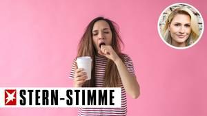 Müdes Mädchen mit Kaffeebecher