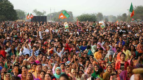 Indien, Akhnoor: Unterstützer der regierenden Bharatiya Janata Partei (BJP) bei einer Wahlkampfkundgebung