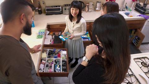 """Marie Kondo räumt nach ihrem Prinzip auch in Küchen auf. Beispielsweise das Gewürzregal. Hier eine Szene aus der Netflix-Doku """"Tidying Up with Marie Kondo"""""""